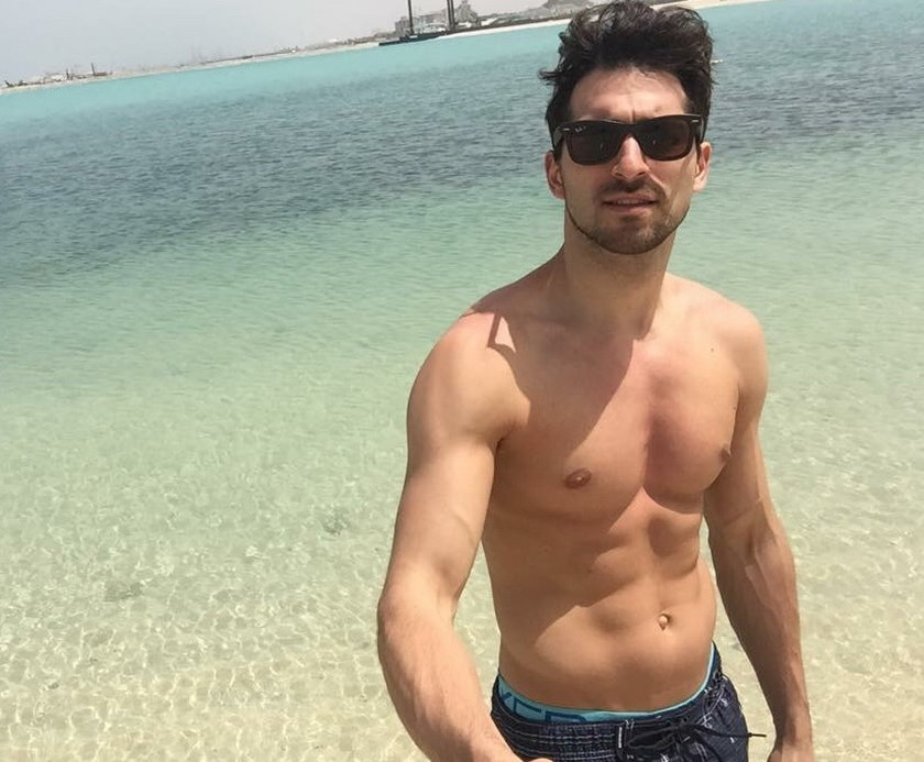Rafał Maślak pokazuje klatę na plaży