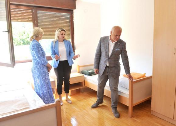 Goran Vesić, Nataša Stanisavljević i direktorka Centra za socijalni rad Zorica Pavlović u jednom od novih stanova