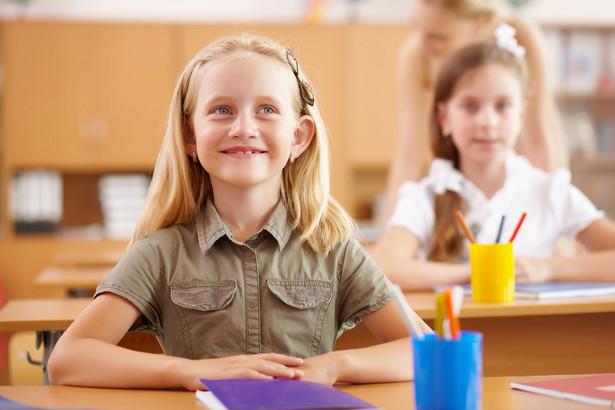 Co do zasady w świetlicach zatrudniani są posiadający odpowiednie kwalifikacje nauczyciele.