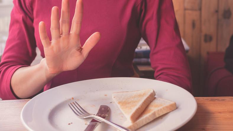 Kobieta odmawia jedzenia pieczywa