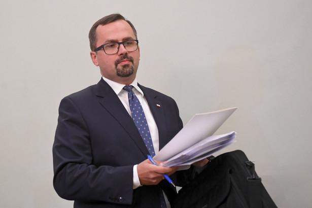 Komisja śledcza ds. wyłudzeń podatku VAT zakończyła przesłuchiwanie świadków. Po roku prac przewodniczący komisji Marcin Horała z Prawa i Sprawiedliwości odczytał projekt końcowego raportu z prac komisji. W trakcie odczytywania przewodniczący wyjaśnił na czym polegało oszustwo.