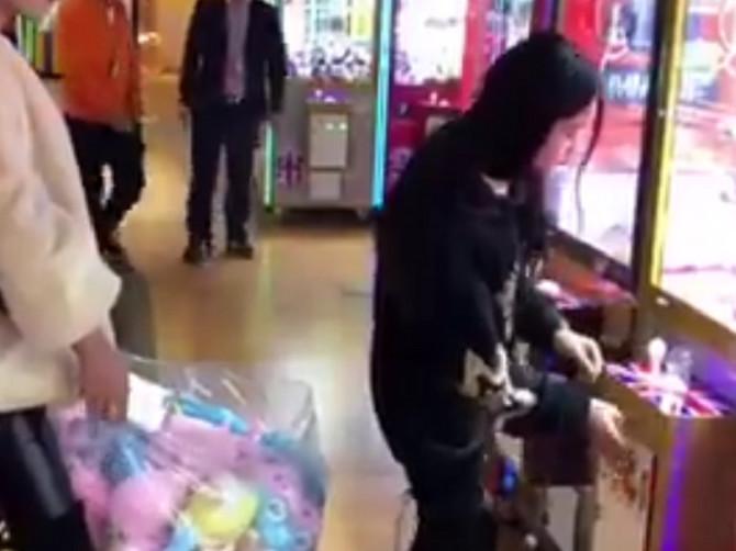 Njena pljačka je hit na Fejsbuku: Približila se aparatu sa igračkama i uradila nešto NEDOPUSTIVO