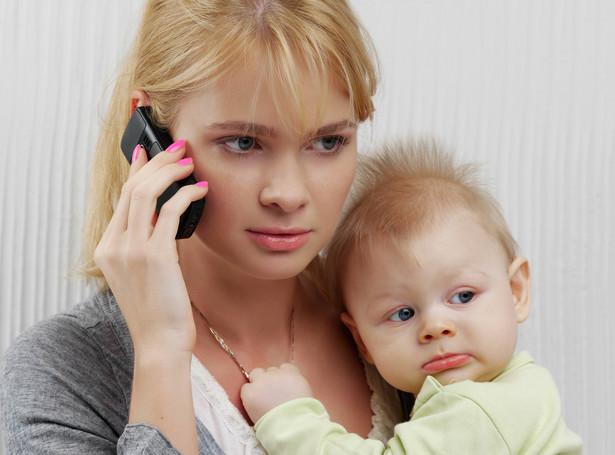 kobieta z dzieckiem telefon