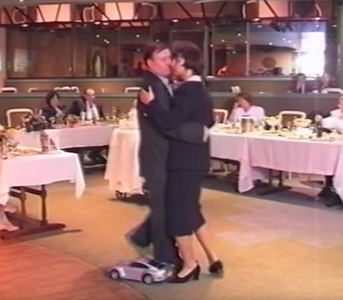 Snimak iz devedesetih, sa porodičnog slavlja