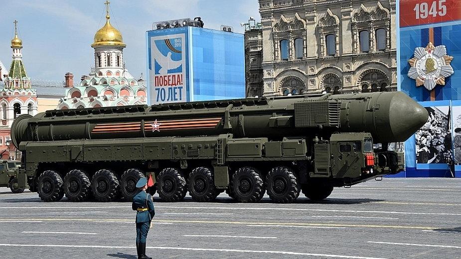 Rosyjska rakieta balistyczna zdolna do przenoszenia głowic nuklearnych podczas defilady w Moskwie
