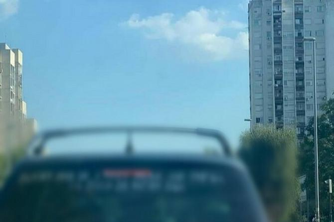 """Svi gledaju u automobil sa Novog Beograda zbog PORUKE NA NJEMU: """"Ako je i tebi MUKA OD SVEGA..."""""""