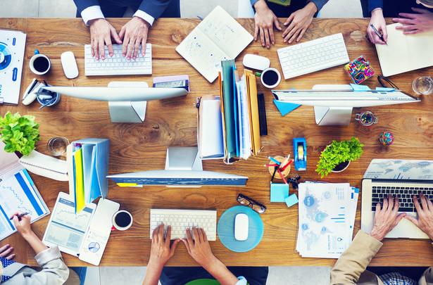 W przeciętnej fundacji lub stowarzyszeniu uśrednione zarobki pracowników wynoszą nieco ponad 2800 zł brutto miesięcznie w przeliczeniu na podstawowy wymiar czasu pracy.