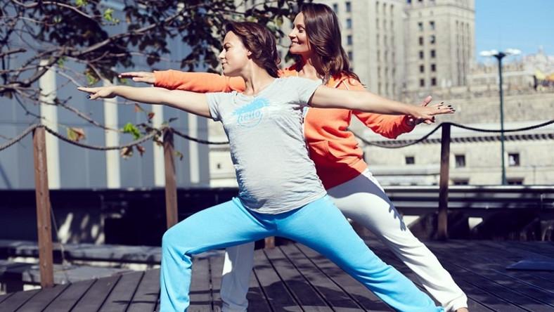 Wojownik: - wzmacnia i rozciąga mięśnie nóg, pleców i ramion mocne wysuniecie tułowia w bok rozciąga talię i kręgosłup - wymusza głębszy oddech oraz - tonizuje narządy jamy brzusznej