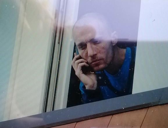 Nikola Šešelj na prozoru porodične kuće