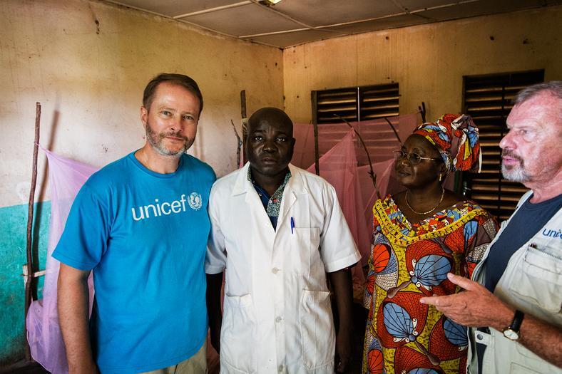Artur Żmijewski w towarzystwie lekarza, pracownicy lokalnego UNICEF-u i szefa polskiego oddziału tej organizacji, Marka Krupińskiego, fot. Marcin Suder