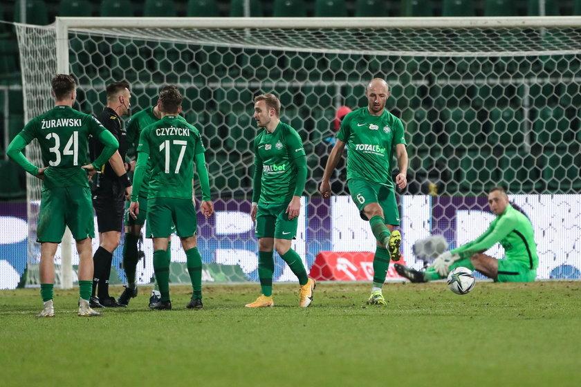 Beniaminek przegrał w derbach z Lechem Poznań (1:2), choć prowadził 1:0 do 80. minuty.