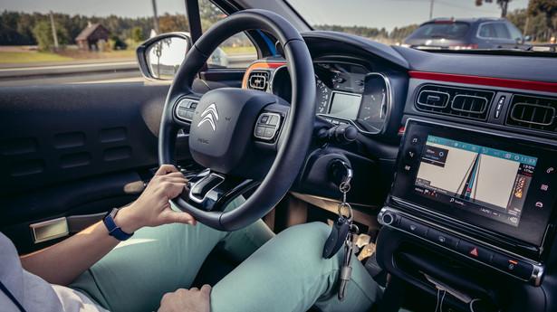 Według Funduszu, przy zakupie używanego samochodu należy sprawdzić, czy jego właściciel ma aktualne obowiązkowe ubezpieczenie OC.