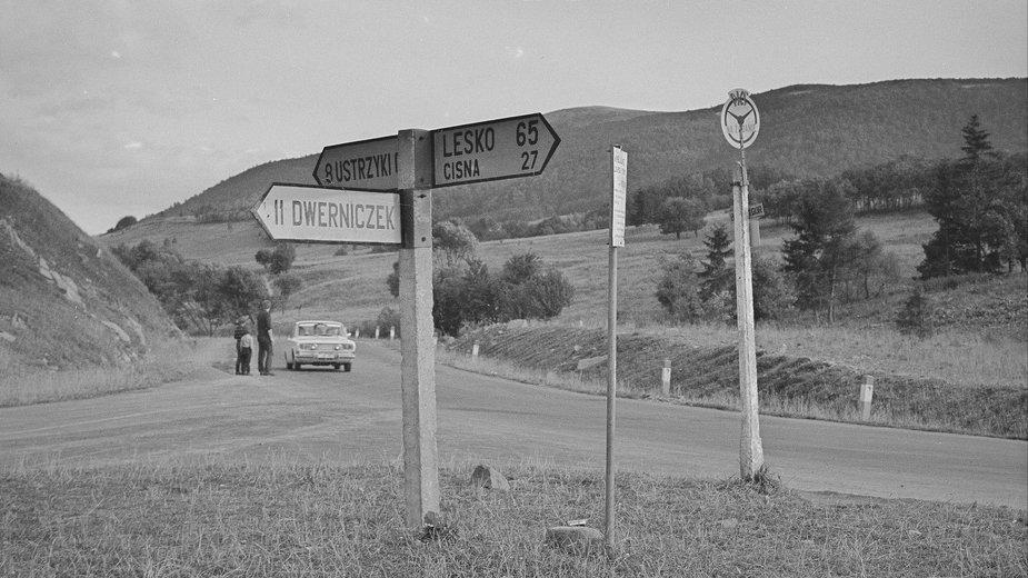 Przystanek autobusowy w Brzegach Górnych w Bieszczadach, 1970 r.