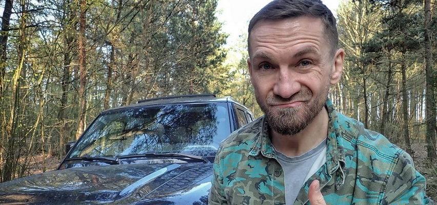 """Przemysław Kossakowski wydał oświadczenie w sprawie swojego alkoholowo-toaletowego nagrania.  """"Wyglądam na nim jak Odurzony, Dobroduszny Miś"""""""