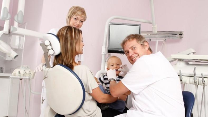 Jak często stomatolog powinien zaglądać do jamy ustnej naszej pociechy?