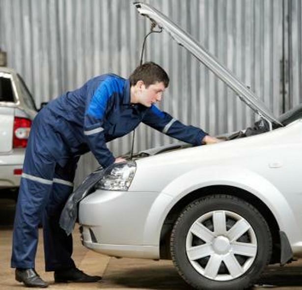 Mechanik w serwisie samochodowym