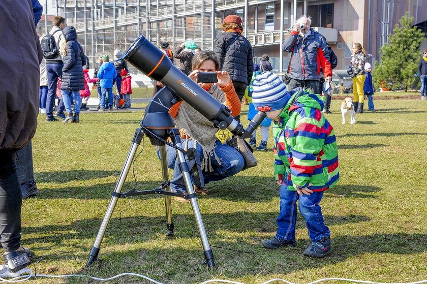 Warszawiacy oglądali częściowe zaćmienie Słońca