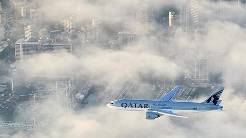 Boeing 777 Qatar Airways nad Auckland w trakcie podchodzenia do lądowania