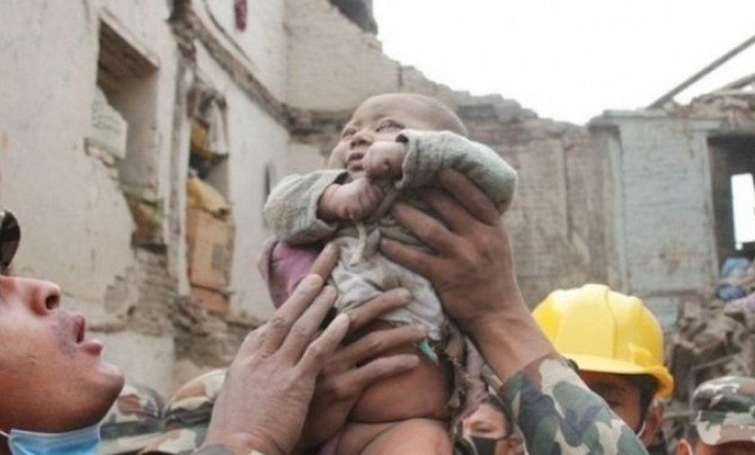 Żołnierze uratowali niemowlę spod gruzów