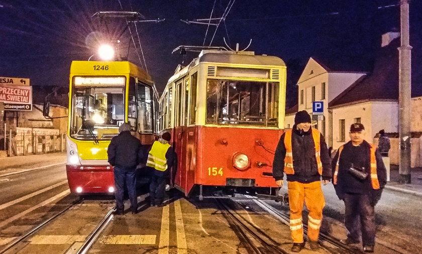 Zderzenie tramwajów w Łodzi na Placu Reymonta. Tramwaj zabytek z wycieczką, wykoleił się. Doszło do zderzenia z innym wagonem