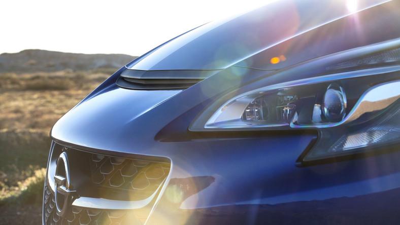 Opel w Gliwicach produkuje aktualnie oferowaną generację astry oraz kabriolet cascada. Najciekawszym modelem, który powstaje na Śląsku jest astra OPC. Jedno spojrzenie i już wiesz, że pomiędzy napakowanymi błotnikami drzemie potężny silnik, a matowe wloty nie są bezużyteczną atrapą, tylko doprowadzają drogocenne powietrze do mechanicznego serca i hamulców. Dziś okazało się, że wytwarzany w Polsce samochód będzie miał nowe, młodsze rodzeństwo - to nowiutka corsa OPC - mamy pierwsze zdjęcia i informacje...
