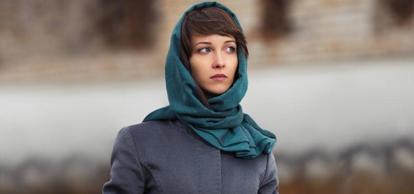 Trendy jesień – zima 2021. Te nakrycia głowy będą w tym roku modne. Kapelusze, chusty, czy... kominiarki?