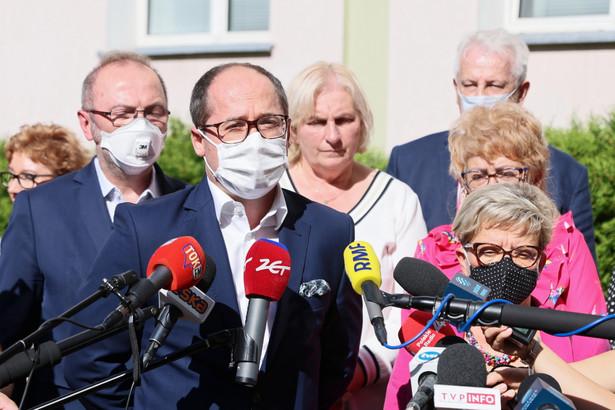 Wiceprezes Naczelnej Rady Lekarskiej Artur Drobniak (3L) i przewodnicząca Ogólnopolskiego Związku Zawodowego Pielęgniarek i Położnych Krystyna Ptok.