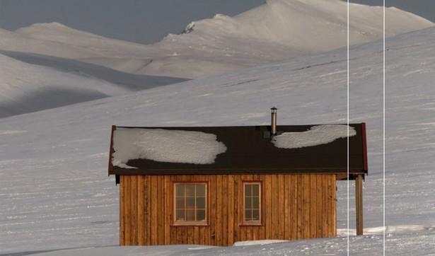 """fragment okładki książki """"Białe. Zimna wyspa Spitsbergen""""."""