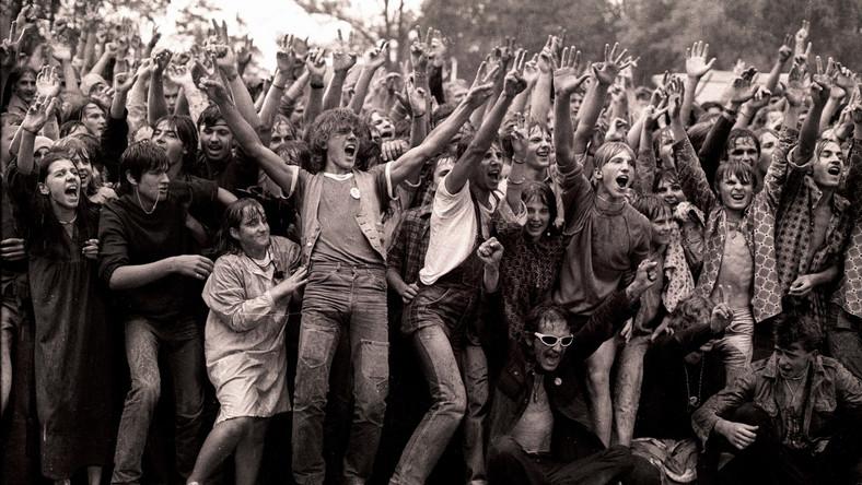Pogo pod sceną, glany na nogach i kolorowe irokezy – bez nich trudno wyobrazić sobie najsłynniejszy z polskich festiwali rockowych. Jarocińskie rockowiska poprzedziły organizowane przez całą dekadę lat 70. Wielkopolskie Rytmy Młodych. Początkowo były to imprezy o zasięgu lokalnym. W 1973 roku po raz pierwszy zaproszono także zawodowych muzyków – zespół Anawa.