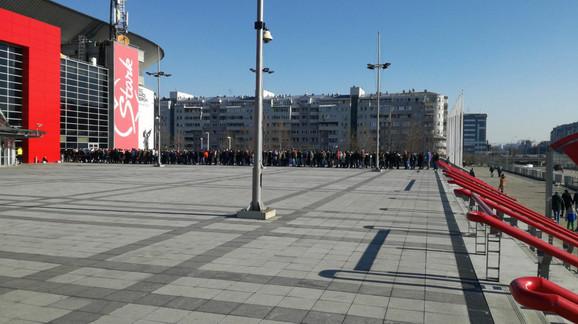 Navijači KK Partizan čekaju karte za meč sa ekipom Budućnosti iz Podgorice
