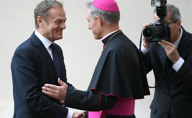 Donald Tusk wita się z arcybiskupem Gansweinem