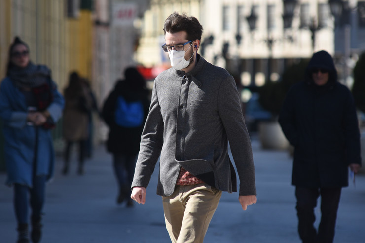 Novi Sad 2132 vandredno stanje korona virus gradjani sa maskama foto Nenad Mihajlovic