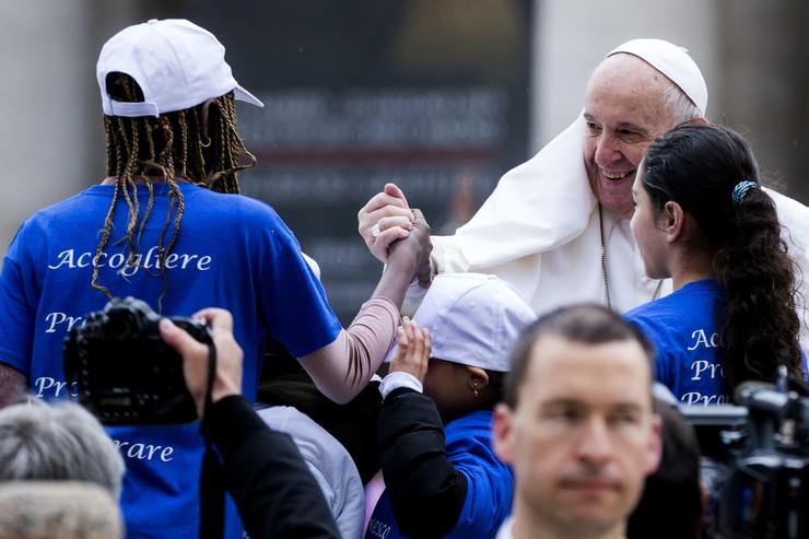 """ZAGRLJAJI I SELFIJI U """"PAPAMOBILU"""": Papa Franjo provozao male migrante i još jednom primjerom pokazao kako živjeti vjeru"""