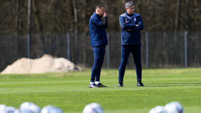 Nowy szkoleniowiec Lecha Poznań Maciej Skorża (P) oraz jego asystent Dariusz Dudka (L) podczas otwartego treningu drużyny w Poznaniu