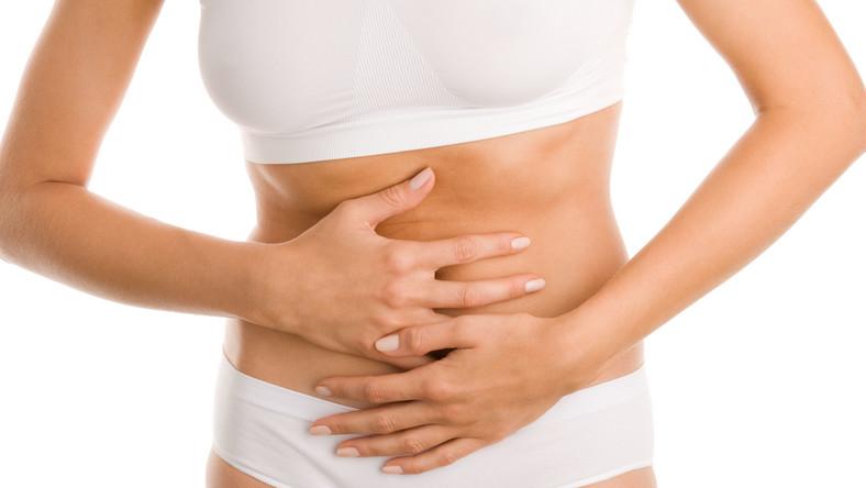 Dieta, która zaleca po wypiciu porannej kawy zimną kąpiel, lub ta oparta na dożylnym odżywianiu - to sposoby na schudnięcie, które znalazły się w pierwszej piątce diet, których należy unikać. Lekarze ostrzegają, że są nie tylko mało skuteczne, ale i groźne
