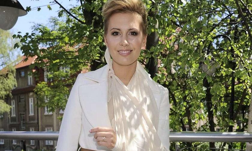 Agnieszka Popielewicz z ręką na temblaki