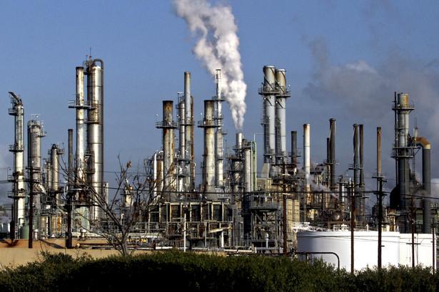 Przeciwko sprowadzaniu ropy pochodzącej z piasków roponośnych protestują mieszkańcy regionu a także przedstawiciele brytyjskiego parlamentu.