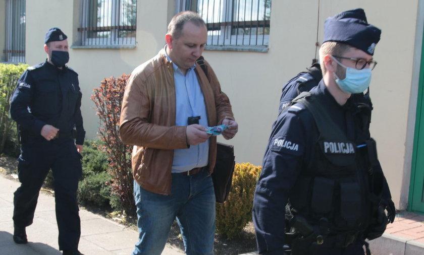 Grzegorz Harasymiuk (41 l.) opuszcza siedzibę spółdzielni w policyjnej obstawie