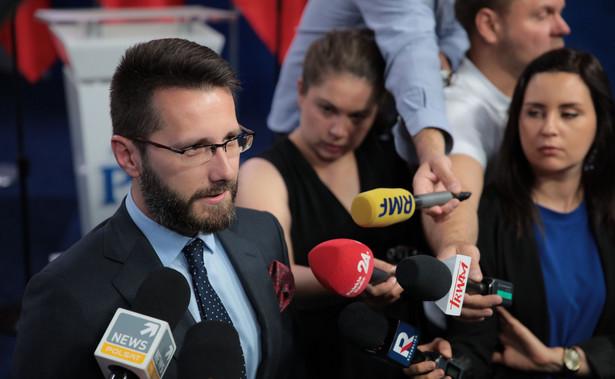 Umowa koalicyjna reguluje kwestie programowe i ich realizację, dotyczy także poparcia dla Andrzeja Dudy w zbliżających się wyborach prezydenckich; przewiduje też mechanizm uzgadniania takich kwestii, jak tzw. 30-krotność - powiedział w piątek wicerzecznik PiS Radosław Fogiel.