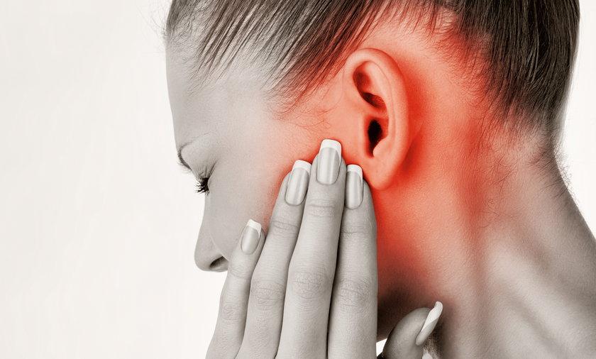 Kobieta zatyka ucho