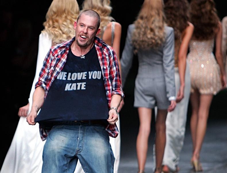 Alexander McQueen na jednym ze swoich pokazów