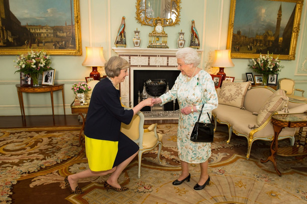 Theresa May i Elżbieta II, EPA/DOMINIC LIPINSKI UK AND IRELAND OUT - NO ARCHIVE EDITORIAL USE ONLY/NO SALES/NO ARCHIVES Dostawca: PAP/EPA.