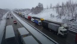 """""""Bestia ze Wschodu"""" uderzyła w Wielką Brytanię. Obfite opady śniegu spowodowały paraliż na drogach"""