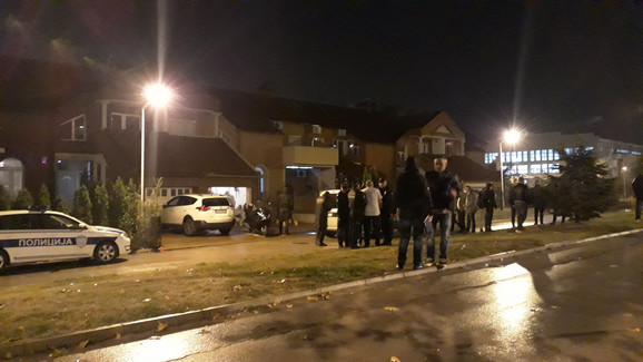 Otac ubijenog mladića pokušao je da dodje do sinovljevog tela sina, ali mu policajci nisu dozvolili jer je uvidjaj bio u toku, foto Branko Janačković