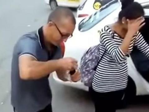 876408644cfe3 Sytuacja miała miejsce w rosyjskim Chabarowsku, gdzie dwie młode dziewczyny  nie miały czym zapłacić taksówkarzowi za przejazd. Mężczyzna zemścił się na  ...