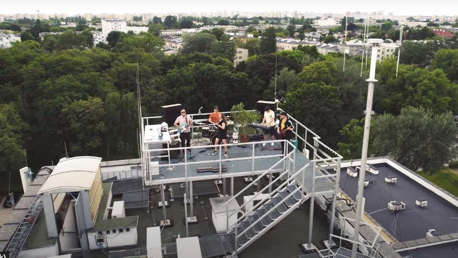 "Lukrowane Kraby i ich ""Syrena"" na dachu siedziby Instytutu"