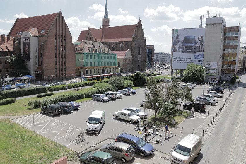 Parking przy urzędzie miejskim na pl. Nowy Targ we Wrocławiu