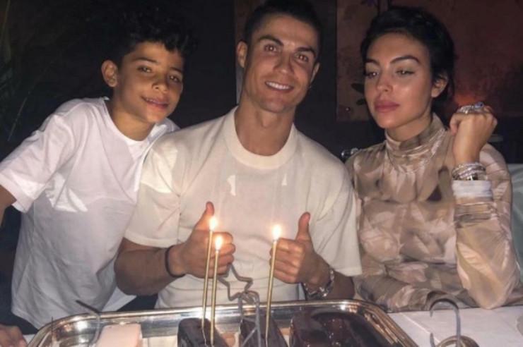 Kristijano Ronaldo sa sinom Juniorom i Georginom Rodrigez