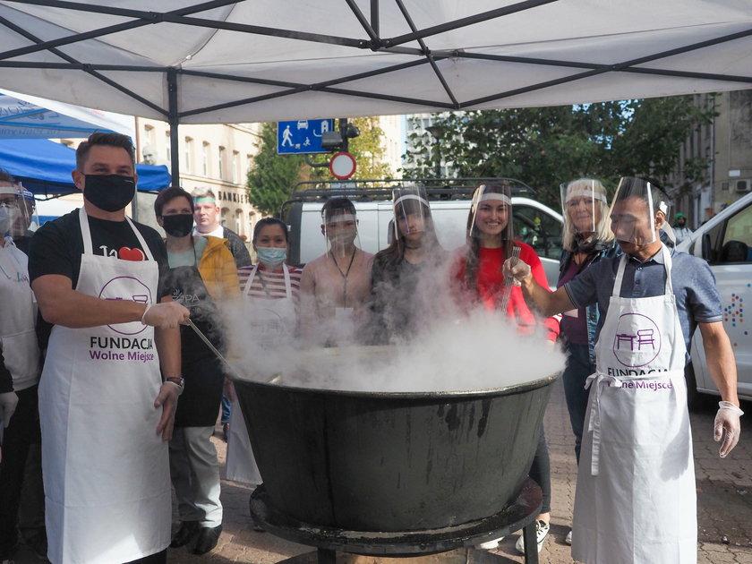 Łódź. Rozdali potrzebującym tysiąc zup na Piotrkowskiej