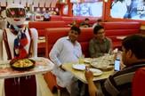 robot konobarica pakistan picerija prtscn